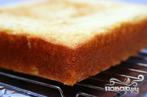 2. Выпекать до золотистого цвета, от 35 до 40 минут. Дать остыть в форме 10 минут, затем извлечь на блюдо и дать полностью остыть в течение 1 часа.