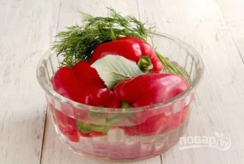 Первым делом моем перцы, листья вишни и зелень. Затем просушиваем их с помощью кухонного полотенца.