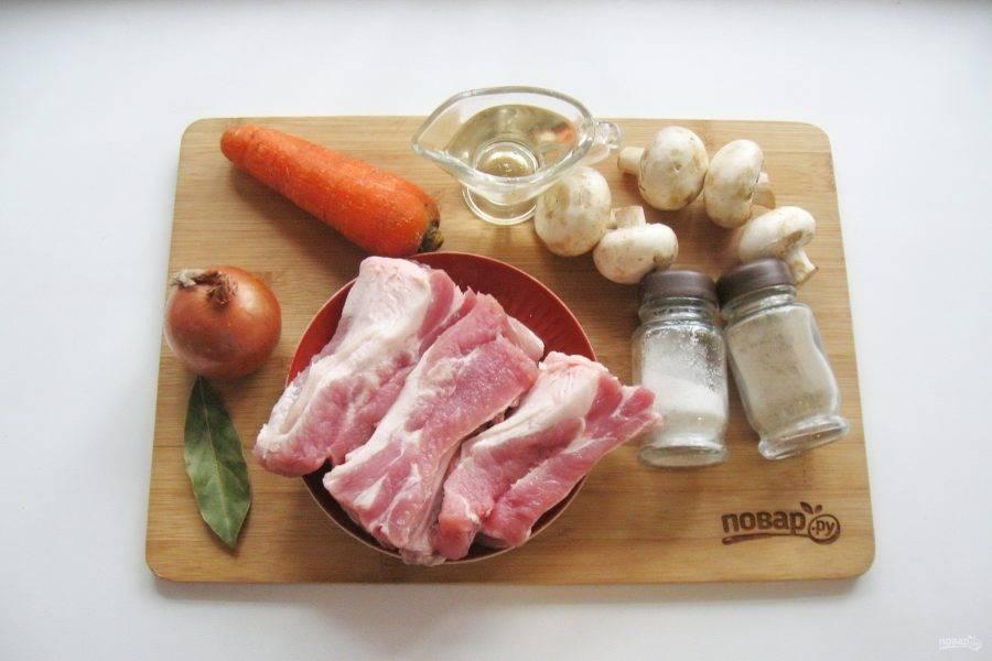 Подготовьте все ингредиенты для приготовления свиных ребер с грибами.