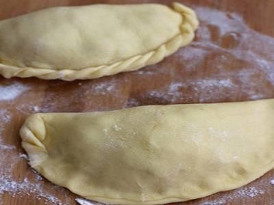 7. Слепить караимские пирожки в домашних условиях, сворачивая края косичкой.