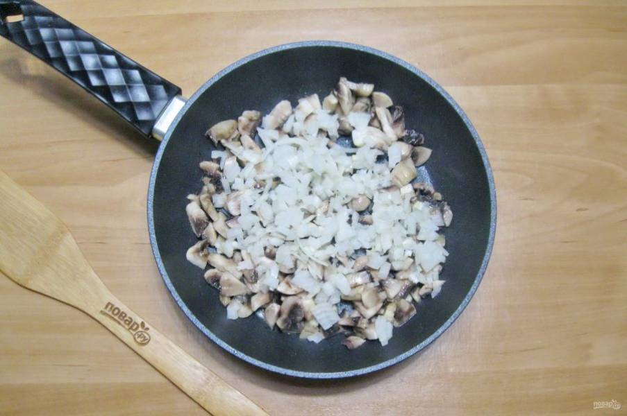 Добавьте нарезанный лук.