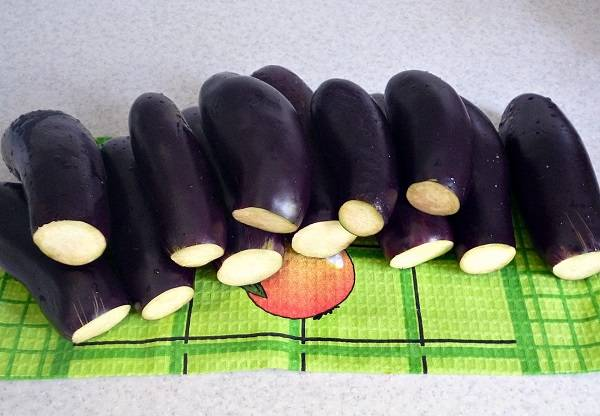 1. Первым делом нужно вымыть как следует баклажаны, обрежьте у них хвостики. По этому рецепту фаршированных баклажанов с морковкой лучше использовать не очень крупные овощи (максимально ровные).