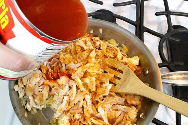 Добавляем томатную пасту и хорошо перемешиваем.