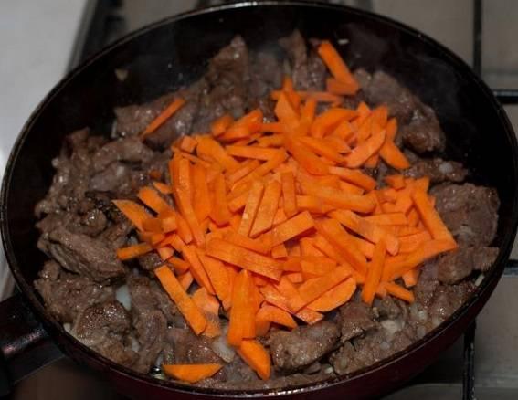 Добавляем морковь и жарим еще 2 минуты.