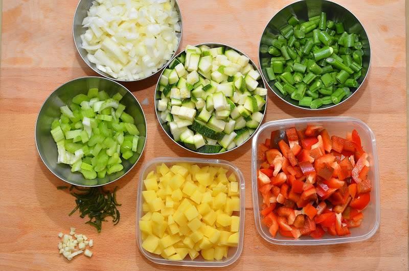 Итак, приступим. Для начала чистим, моем и нарезаем все овощи небольшими кубиками, чеснок и острый перец измельчаем.