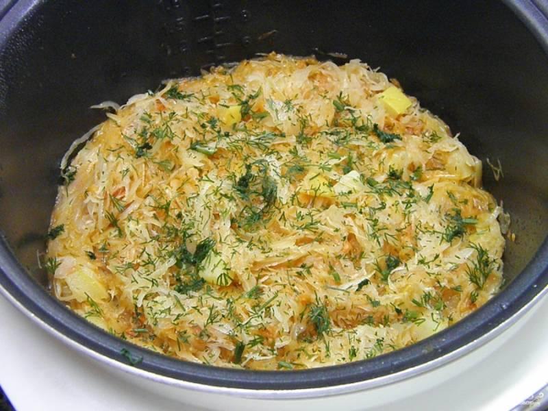 В самом конце тушения добавьте рубленый укроп. Солянка с кабачками и капустой готова. Подавайте её со сметаной. Приятного аппетита!
