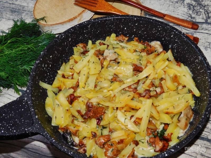 Жареный картофель с грибами в сливочном соусе