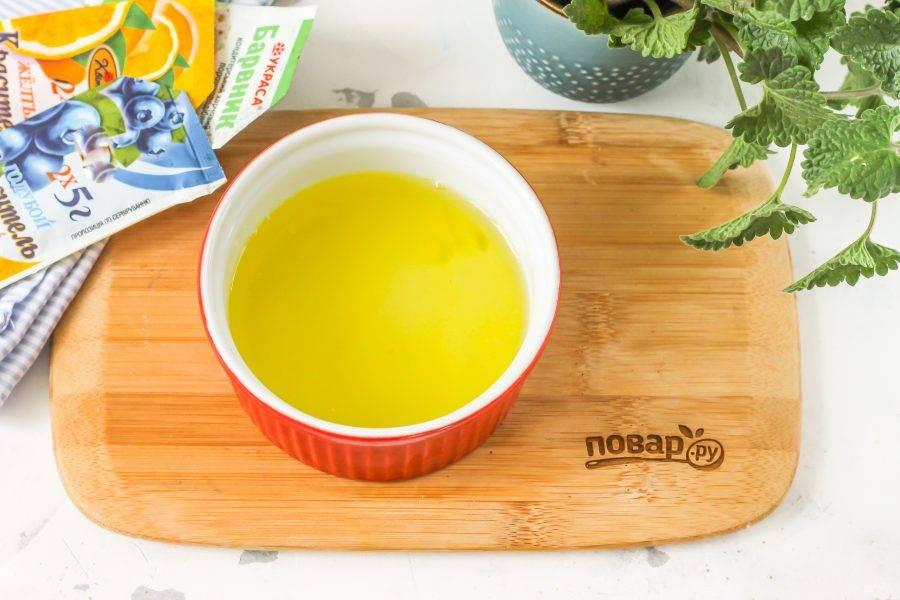 Отделите желтки от белков, желтки используйте в другом рецепте. Старайтесь, чтобы в белки не попала даже капля желтков.