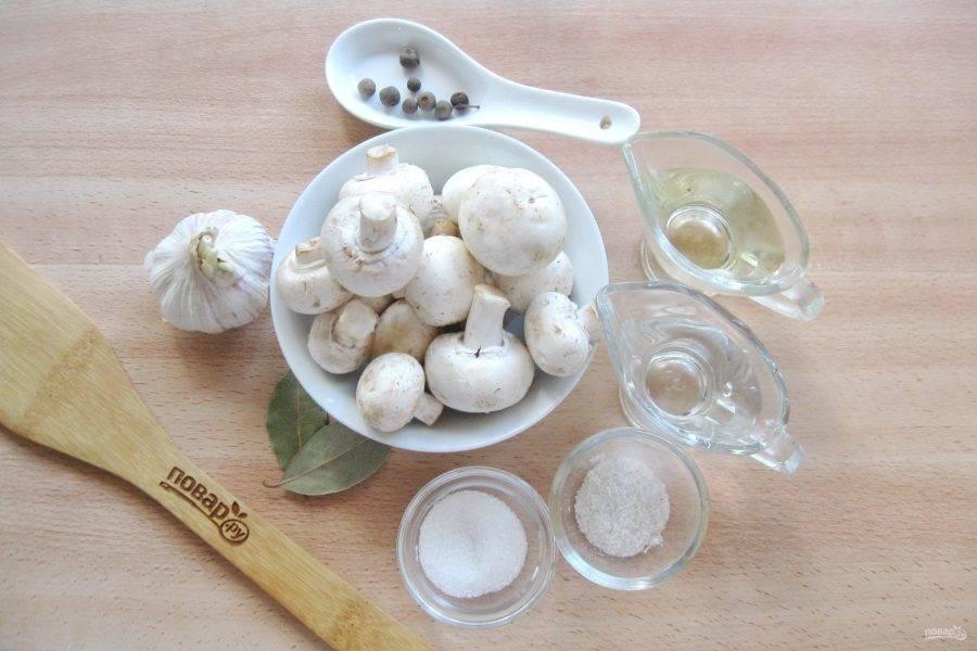 Подготовьте ингредиенты для приготовления шампиньонов в собственном соку на зиму.