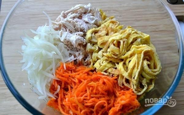 7. В глубоком салатнике соедините курицу, морковь, яичные блинчики, отжатый от уксуса маринованный лук. Заправьте по вкусу майонезом и добавьте при желании соль. Аккуратно перемешайте и подавайте к столу.