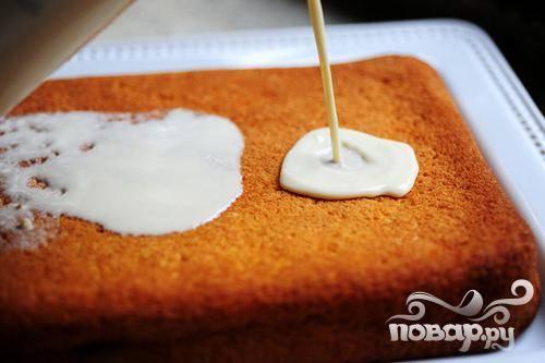 7. Смешать сгущенное молоко, подслащенное сгущенное молоко и сливки в небольшой миске.  Когда пирог остынет, наколоть поверхность вилкой несколько раз. Медленно вылить сверху примерно 1 чашку молочной смеси, позволяя ей растечься по краям. Оставить на 30 минут, чтобы смесь впиталась.