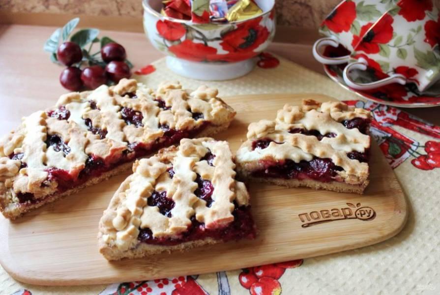 Десерт охладите и нарежьте перед подачей к столу.