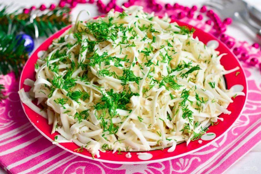 Украсьте салат нарезанным мелко укропом и посолите по вкусу. Приятного аппетита!