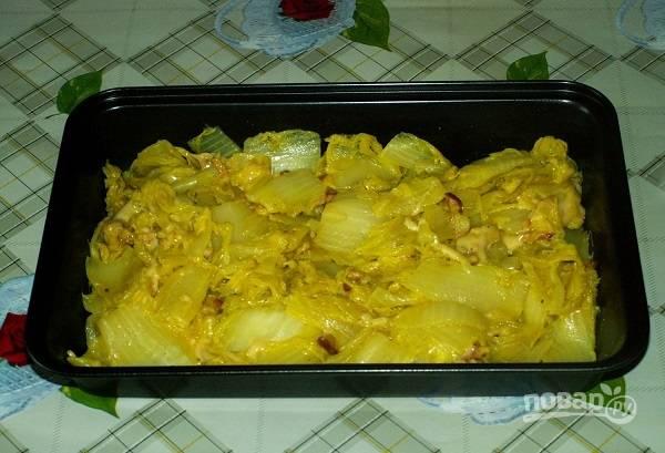 11. Выложите капусту в жаропрочную форму и разровняйте.