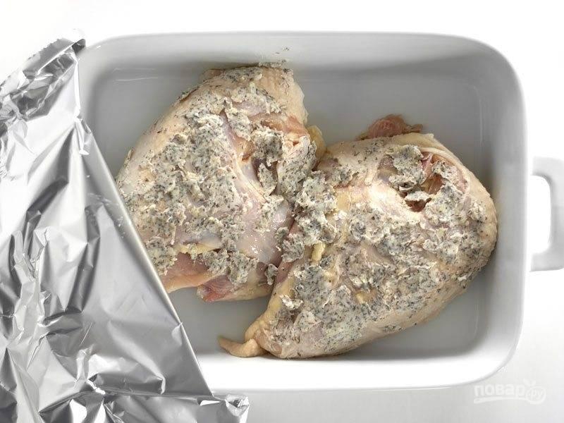 3.Выложите мясо в форму для запекания, накройте фольгой.