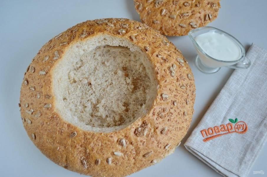 8. В хлебе осторожно вырежьте по центру отверстие, удалите мякоть. Смажьте белком внутри и подсушите в духовке.