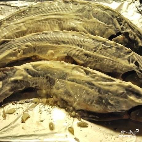 Теперь аккуратненько переворачиваем рыбу - так, чтобы брюшко с начинкой было внизу. Сверху смазываем рыбу тонким слоем майонеза (лучше - домашнего).