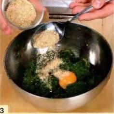 Фасоль припустить в кипящей подсоленной воде пару минут. Перекинуть на дуршлаг, затем измельчить в пюре. Добавить желток, панировку и 2 ст. л. пюре из белой рыбы. Помешать и поставить в холодильник на пол часа.