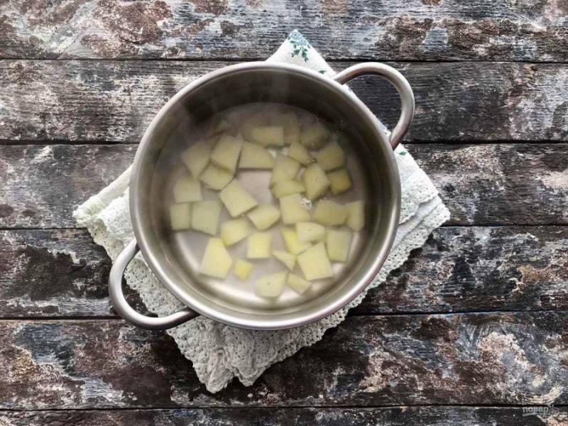 Кастрюлю с водой поставьте на огонь, доведите до кипения и добавьте нарезанный небольшими кусочками картофель и лапшу.