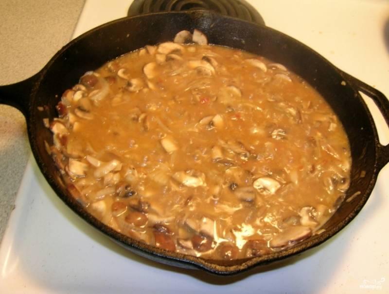 Смешайте (можно с помощью блендера) муку, воду, вино и томатное пюре. Влейте все в сковороду к грибам с луком. Огонь прибавьте, доведите содержимое сковороды до кипения. Потом еще готовьте минуты 3.