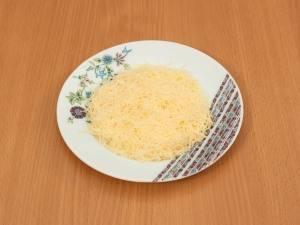 На мелкой терки натрите сыр.