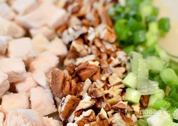 4. Измельчите остывшую курицу, зеленый лук и немного орехов.