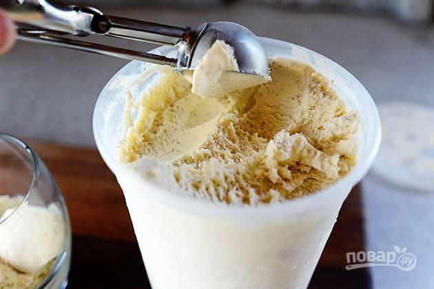 6. После того как мороженое затвердеет, наслаждайтесь десертом.