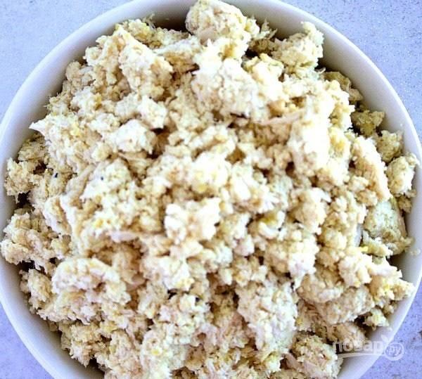 2.Отварные грудки пропустите через мясорубку, добавьте 1 измельченный зубчик чеснока, соль, черный молотый перец.