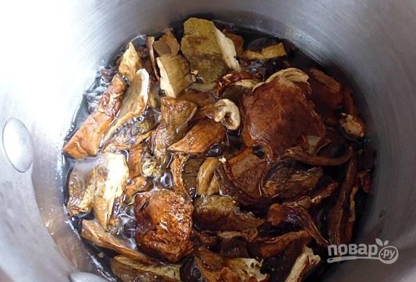 Сушеные грибы опустите в воду и дайте им постоять минут 30.