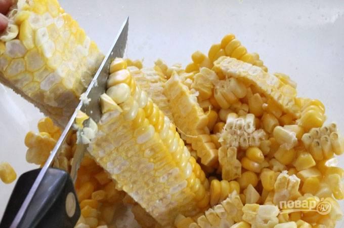 3. Готовую кукурузу остудите и острым ножом срежьте зерна с початка.