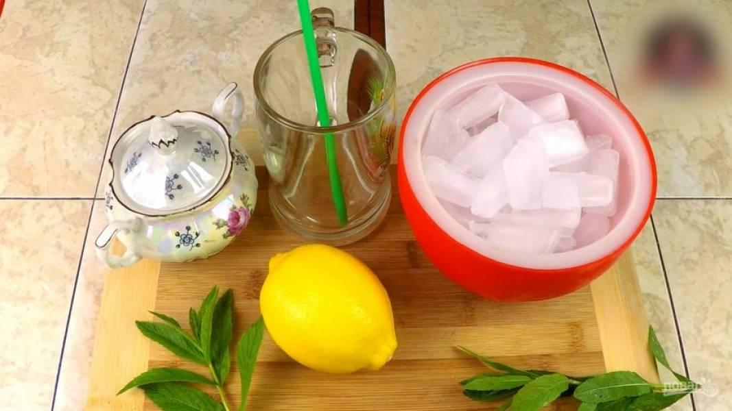 Общий состав лимонада: вода, лёд, сахарный песок, веточка мяты (у меня перечная) и лимон (половинка).