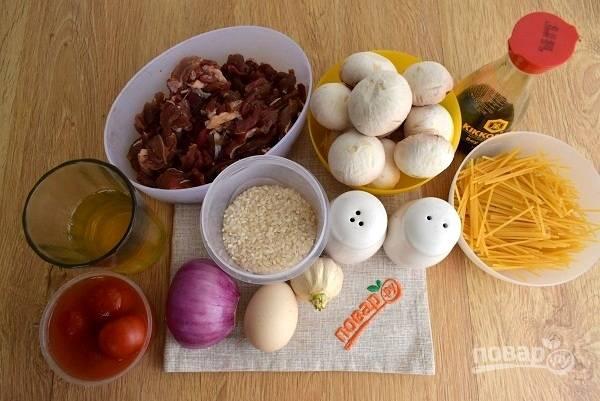 Подготовьте необходимые продукты. Говядину нарежьте на тонкие ломтики. Лук, чеснок и грибы промойте и очистите. Спагетти поломайте на 5 равных частей.