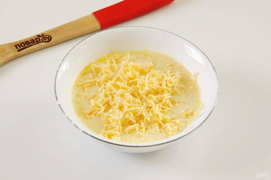 11. Для заливки соедините сливки, два яйца, немного соли и тертый сыр.
