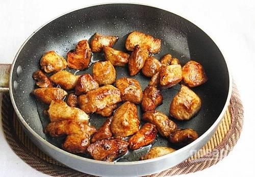 Обжариваем филе минуты 3 на сильном огне на масле, затем добавим соевый соус, уменьшим огонь и жарим, помешивая, еще минуты 3.
