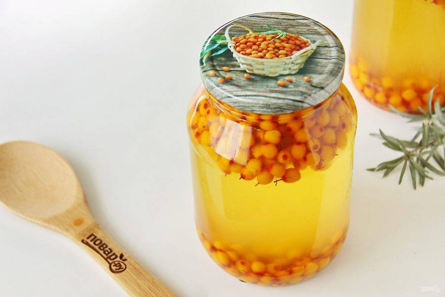 Залейте ягоды кипятком, прикройте банки крышками и оставьте настаиваться на 10 минут.