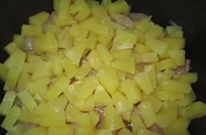 2. Чашу мультиварки смазываем растительным маслом, выкладываем туда курицу, а сверху - ананасы, порезанные кусочками. Соком тоже можете полить курицу.
