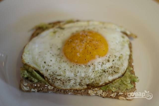 6. А сверху - яйцо. Вот и все, завтрак готов. Приятного аппетита!