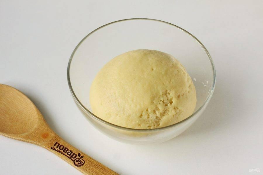 Замесите мягкое и эластичное тесто, которое не липнет к рукам.