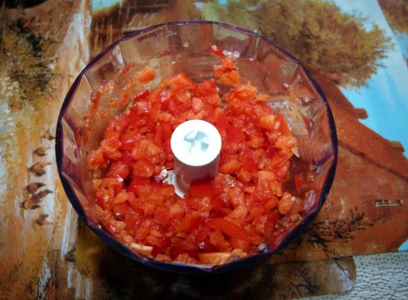 6.Красный болгарский перец очищаю от семян, срезаю у него плодоножку и нарезаю крупно, измельчаю в блендере.