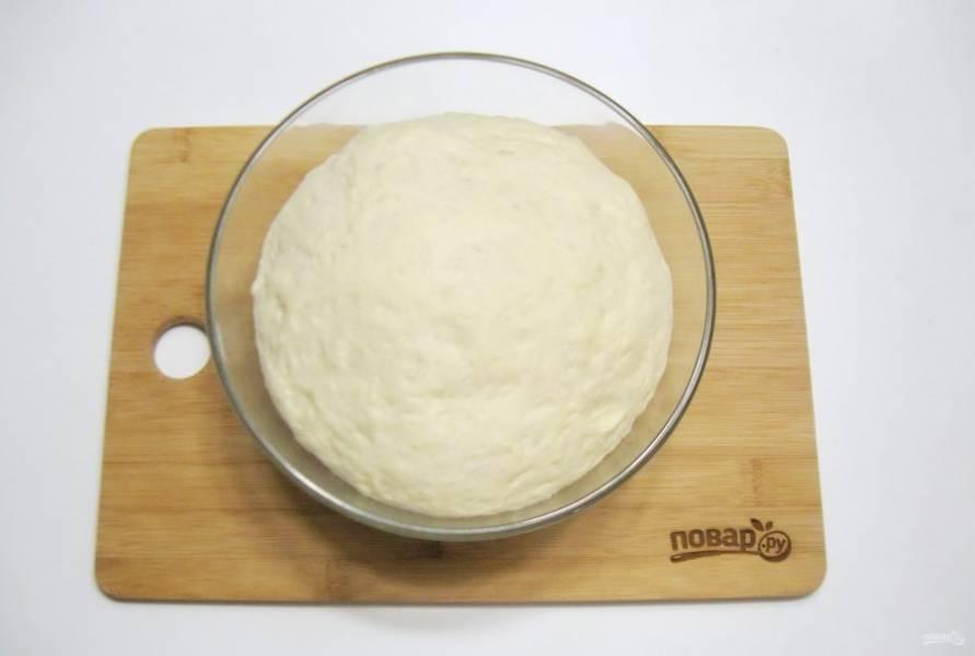 Поставьте тесто в теплое место, накрыв его пищевой пленкой. Примерно через 50-60 минут оно значительно увеличится в объеме.