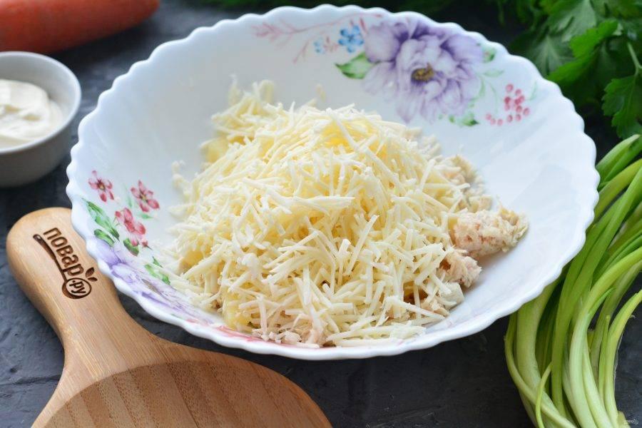 Обычный плавленый сыр натрите на терке и всыпьте в салат.