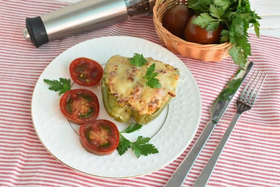 Подавайте горячими, со свежей зеленью и спелыми помидорами.