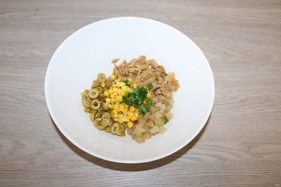 С кукурузы слейте жидкость. Соедините все ингредиенты в салатнике. Полейте соком лимона, добавьте майонез и перемешайте.