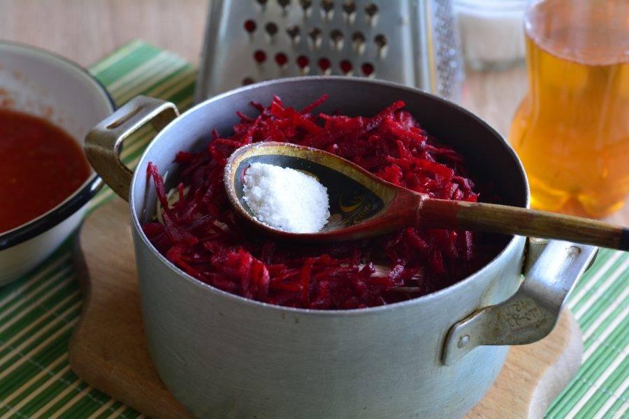 Всыпьте в кастрюлю капусту, лук, перец и морковку. Добавьте натертую свеклу, всыпьте сахар и соль.