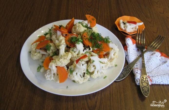 Через сутки вкусная, хрустящая маринованная капуста готова к употреблению! Ее можно кушать сразу или же разложить по банкам вместе с маринадом и хранить в холодильнике.