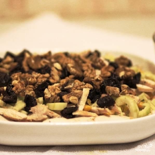 Смешиваем в салатнице курицу, кукурузу, огурцы, сельдерей, орехи и чернослив.