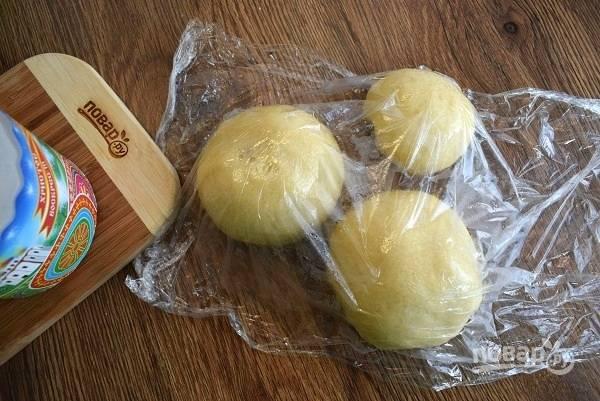 Разделите тесто на 3 части, ориентируясь по размеру своих форм для запекания. Округлите тесто, накройте пищевой пленкой и оставьте отдохнуть на 10 минут.