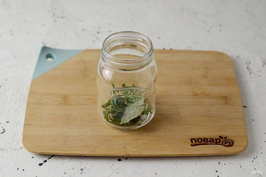 В чистую, заранее стерилизованную банку выложите зелень, перец горошком и лавровый лист.