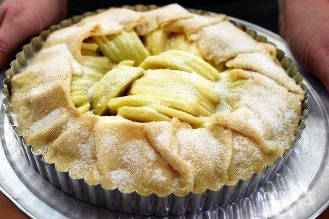 Поставьте запекаться пирог при 200 градусах в духовку на 45 минут.