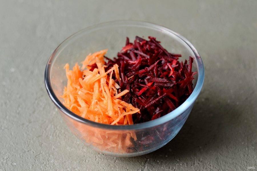 Свеклу и морковь натрите на крупной терке.